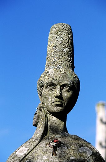 France, Finistère (29), Plozevzet, carved head of Bigouden at the top of a granite menhir : Stock Photo