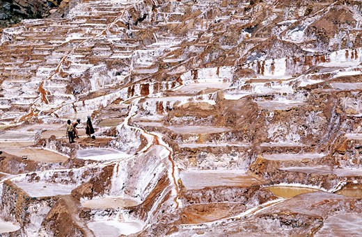 Peru, Cuzco area, Marassalt works always in activity, were already exploited by Incas : Stock Photo