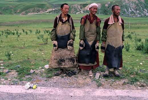 China, Eastern Tibet, repentant monks on their pilgrimage along the road to Lhasa : Stock Photo