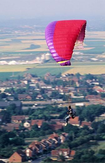 France, Pas-de-Calais (62), parasailing in the slag heaps of Loos en Gohelle : Stock Photo
