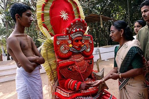 India, Kerala, the ritual ceremony of Teyyam : Stock Photo