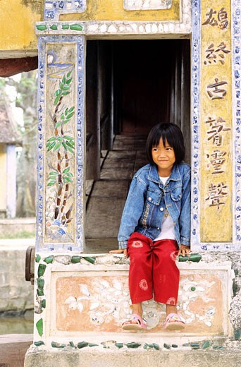 Stock Photo: 1792-72325 Vietnam, Thanh Toan near Hue, little gril on covered bridge built in 1776