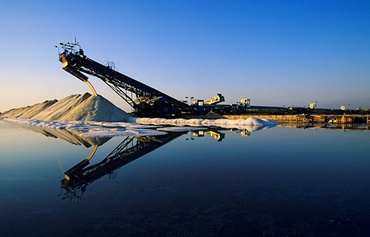 France, Bouches du Rhone, Salin de Giraud, Salins du midi, salt harvesting : Stock Photo