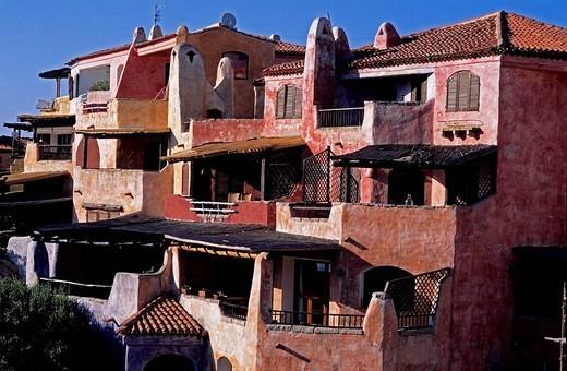 Italy, Sardinia, Olbia Tempio province, Costa Smeralda, Porto Cervo, village houses designed by the famous italian architect Luigi Vietti in the sixties : Stock Photo