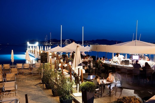 France, Alpes Maritimes, Cannes, Croisette, Hotel Martinez, the bar on the beach : Stock Photo