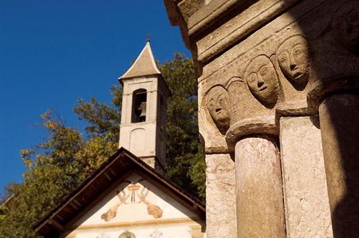 France, Hautes Alpes, Vallouise, le porche de Saint Etienne Church et la chapelle des Penitents du 16 siecle : Stock Photo