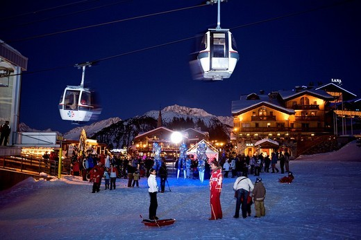 France, Savoie, Courchevel 1850, night animation at La Croisette : Stock Photo