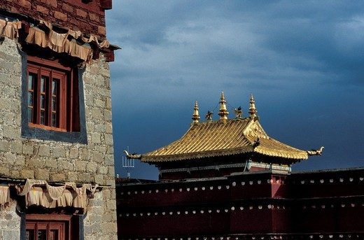 China, Sichuan province, Litang 3400 m one of the highest town in the world, view of a golden roof of one of the buildings within the Litang monastery, built in 1580 by the 3rd Dalai Lama, it is one of the largest of the region : Stock Photo