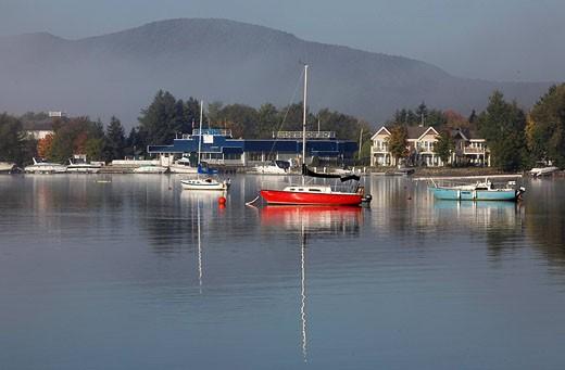 Canada, Quebec Province, Estrie Region, Magog, Lake Memphremagog, les voiliers de plaisance et les maisons de villegiature le long du lac : Stock Photo