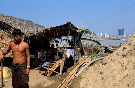 Myanmar Burma, Rangoon Division, whole families live in precarious homes on the Southern bank of Rangoon : Stock Photo