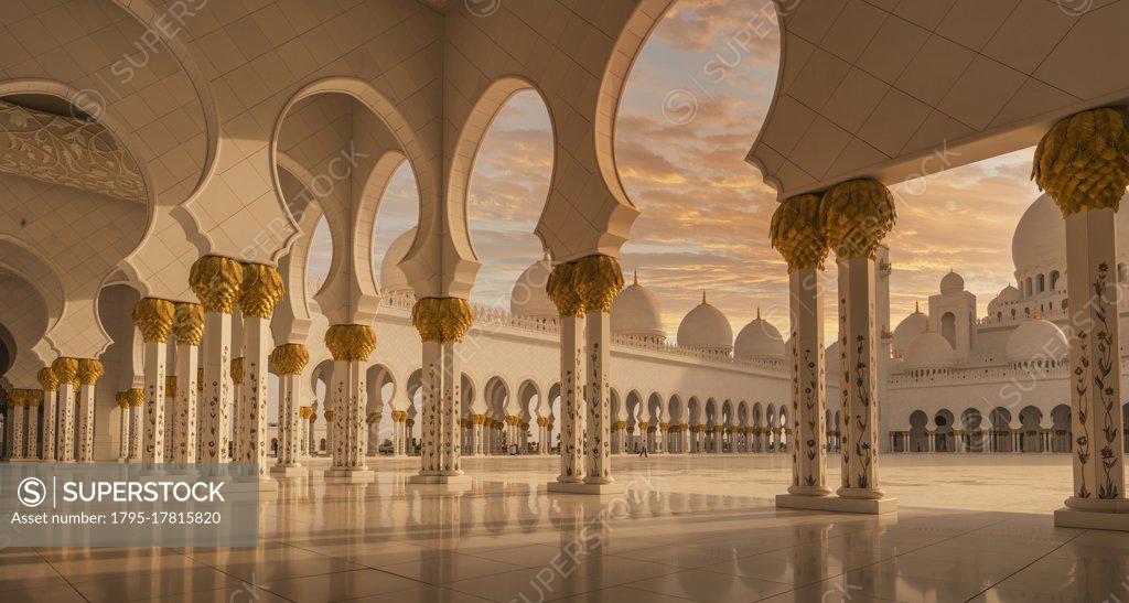 Stock Photo: 1795-17815820 United Arab Emirates, Au Dhabi, Sheik Zayed Grand Mosque, Sheikh Zayed Grand Mosque at sunset