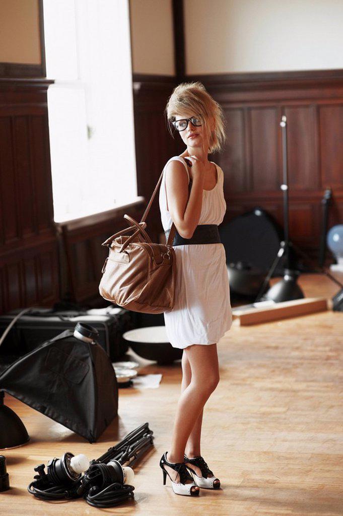 Fashion model carrying a handbag : Stock Photo