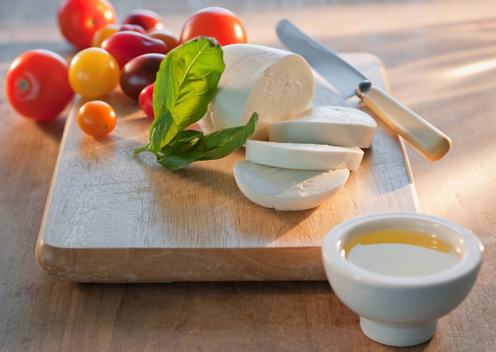 Stock Photo: 1795R-39353 Mozarella and tomatoes on chopping board