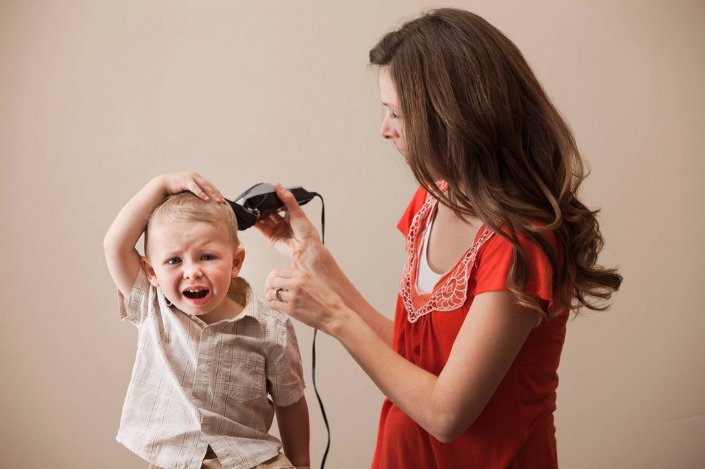 Stock Photo: 1795R-40345 USA, Utah, Lehi, mother shaving son´s 18_23 months head