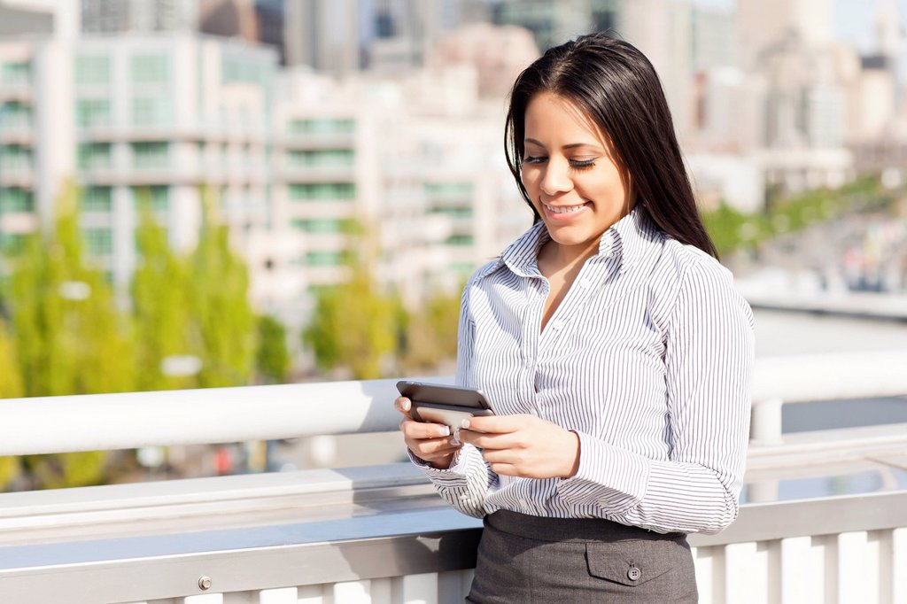 USA, Washington, Seattle, Young businesswoman text_messaging : Stock Photo