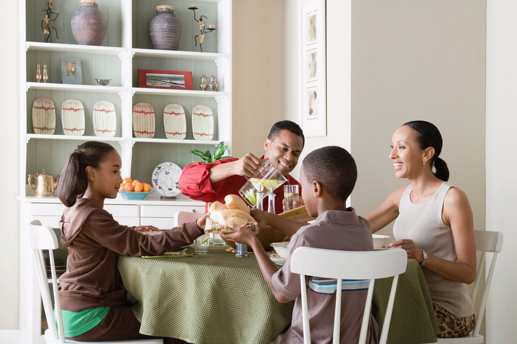 Stock Photo: 1795R-57423 Parents and children 10_13 eating dinner together