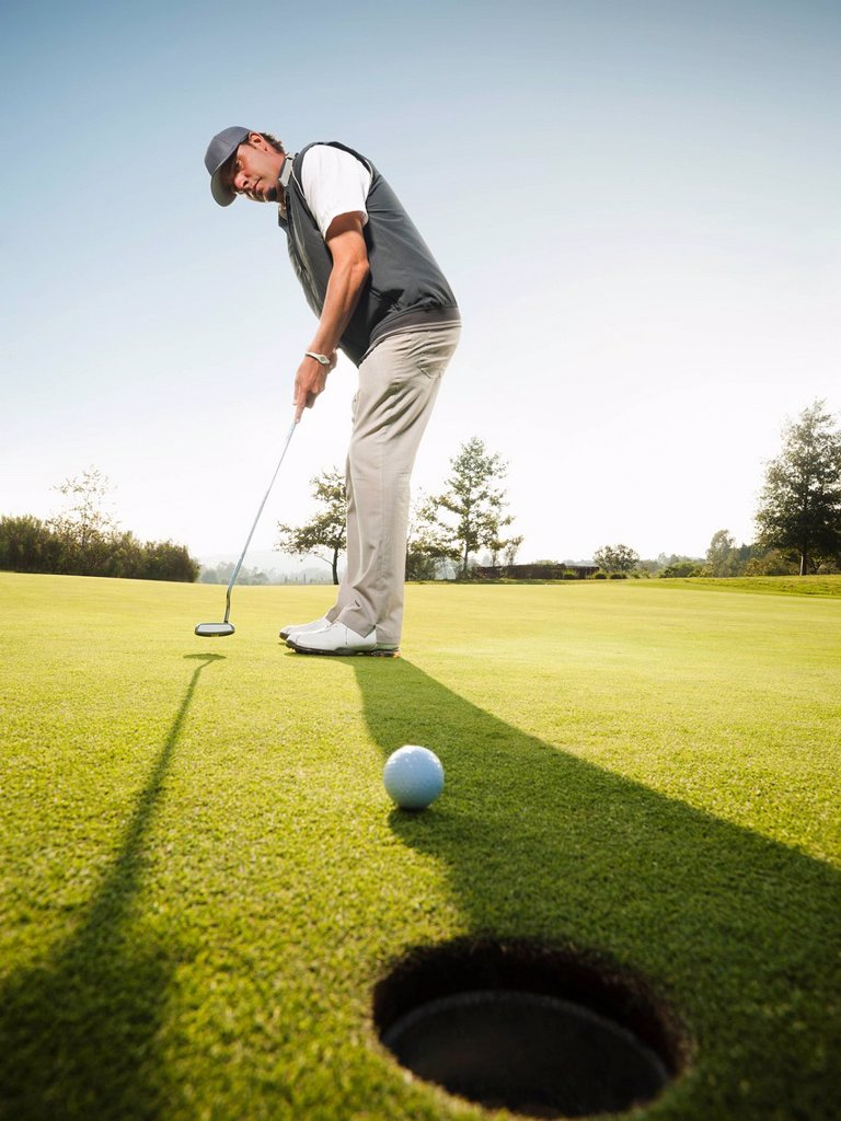Stock Photo: 1795R-63602 USA, California, Mission Viejo, Man playing golf