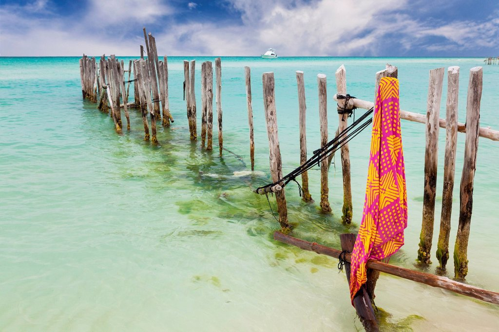 Mexico, Quintana Roo, Yucatan Peninsula, Isla Mujeres, Wooden fence in ocean : Stock Photo