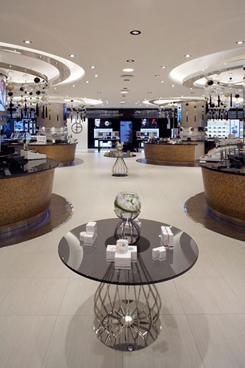 HARVEY NICHOLS DEPARTMENT STORE, KANYON SHOPPING MALL, ISTANBUL, TURKEY, INTERIOR OF THE MAKEUP AND COSMETICS AREA ON THE LOWER GROUND FLOOR, WITH DISPLAY TABLE IN THE MIDDLE OF THE FRAME., FOUR IV DESIGN : Stock Photo