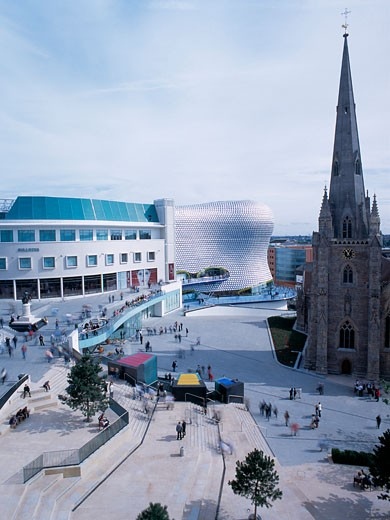 SELFRIDGES, BULLRING, BIRMINGHAM, WEST MIDLANDS, UNITED KINGDOM, VIEW ACROSS SQUARE WITH ST MARTINS CHURCH, FUTURE SYSTEMS : Stock Photo