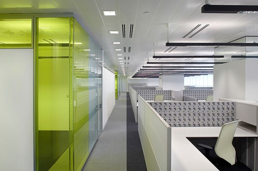 ADCB HEADQUARTERS, ABU DHABI, UNITED ARAB EMIRATES, VIEW ACROSS OFFICES WITH GLASS PARTITIONS TO LEFT, GENSLER : Stock Photo