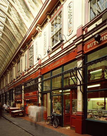 LEADEN HALL MARKET, LEADEN HALL STREET, LONDON, EC2 MOORGATE, UNITED KINGDOM, TYPICAL VIEW OF REFURBISHED MARKET WITH SHOPS, HORACE JONES : Stock Photo