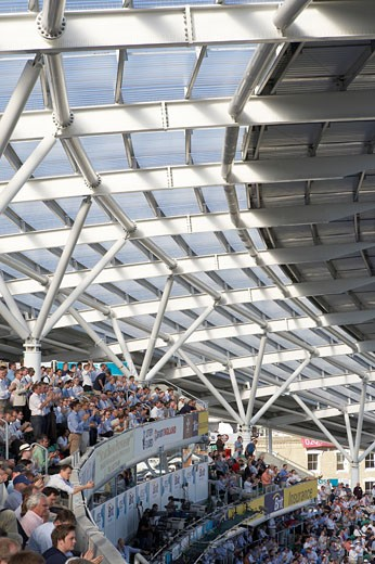 OCS STAND, KENNINGTON OVAL, LONDON, SE11 KENNINGTON, UNITED KINGDOM, SWEEPING CANOPY WITH CLAPPING CROWD, HOK SPORT/THE MILLER PARTNERSHIP : Stock Photo