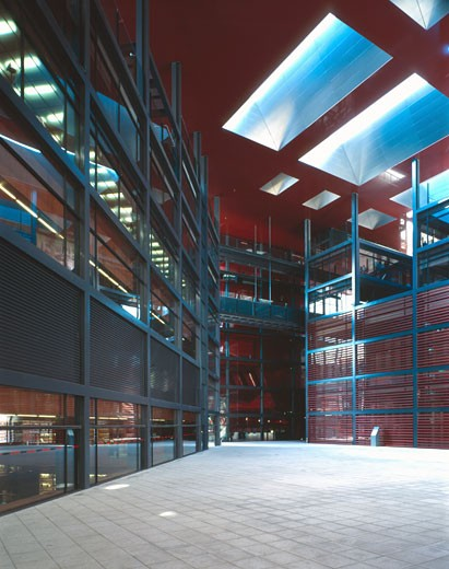 REINA SOFIA MUSEUM, RONDA DE ATOCHA, MADRID, SPAIN, ROOF TERRACE THE PLAZA, VIEW SHOWING OFFICES AND LIBRARY ON THE RIGHT, JEAN NOUVEL : Stock Photo