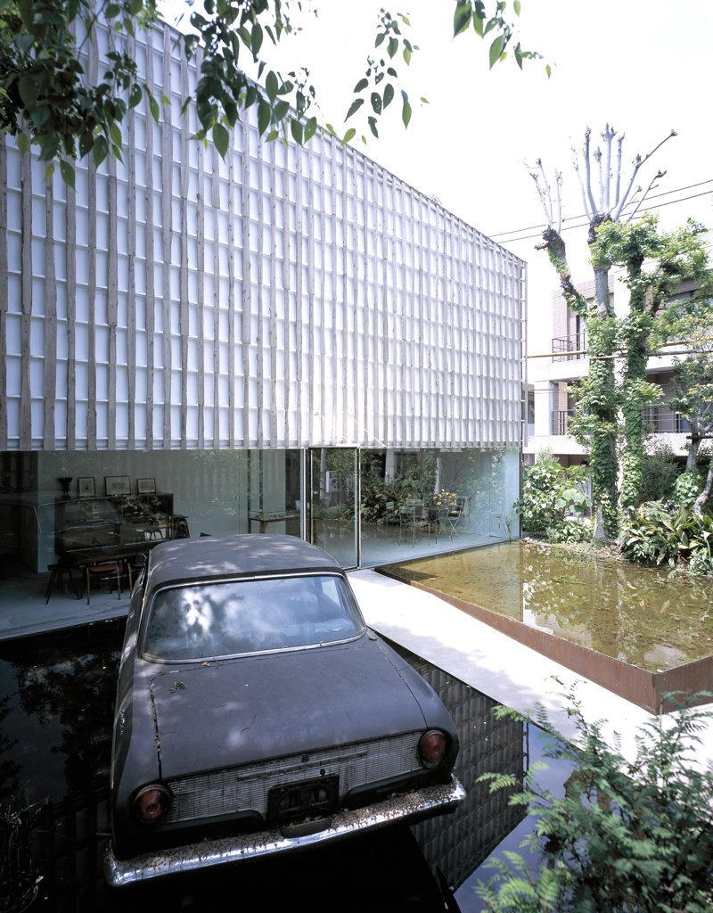 MURAI MASANARI ART MUSEUM, NAKAMACHI SETAGAYA-KU, TOKYO, JAPAN, EXTERIOR VIEW - OVERALL ENTRANCE VIEW SHOWING ARTISTS CAR, KENGO KUMA & ASSOCIATES : Stock Photo