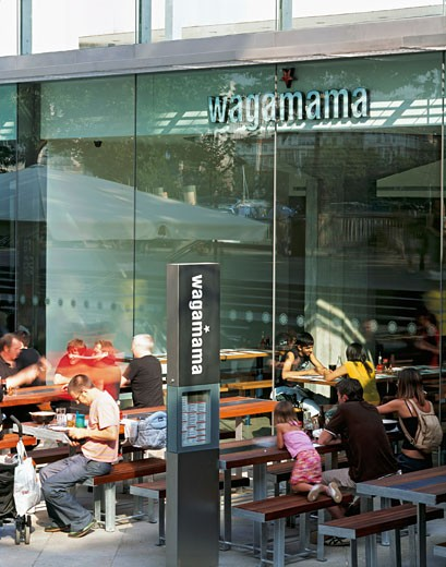 WAGAMAMA RESTAURANT, SOUTHBANK CENTRE, LONDON, SE1 SOUTHWARK + BERMONDSEY, UNITED KINGDOM, RESTAURANT WITH DINERS OUTSIDE, AUKETT TYTHERLEIGH : Stock Photo