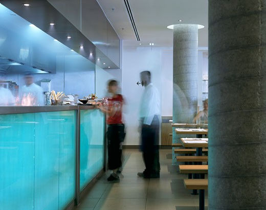 WAGAMAMA RESTAURANT, SOUTHBANK CENTRE, LONDON, SE1 SOUTHWARK + BERMONDSEY, UNITED KINGDOM, KITCHEN WITH GLASS COUNTER, AUKETT TYTHERLEIGH : Stock Photo