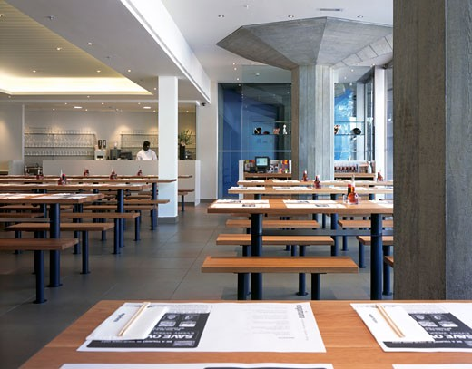 WAGAMAMA RESTAURANT, SOUTHBANK CENTRE, LONDON, SE1 SOUTHWARK + BERMONDSEY, UNITED KINGDOM, INTERIOR WITH ORIGINAL CONCRETE COLUMNS, AUKETT TYTHERLEIGH : Stock Photo