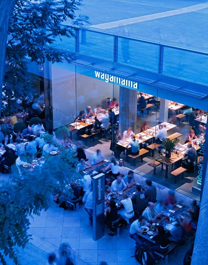 WAGAMAMA RESTAURANT, SOUTHBANK CENTRE, LONDON, SE1 SOUTHWARK + BERMONDSEY, UNITED KINGDOM, RESTAURANT WITH DINERS OUTSIDE - DUSK, AUKETT TYTHERLEIGH : Stock Photo