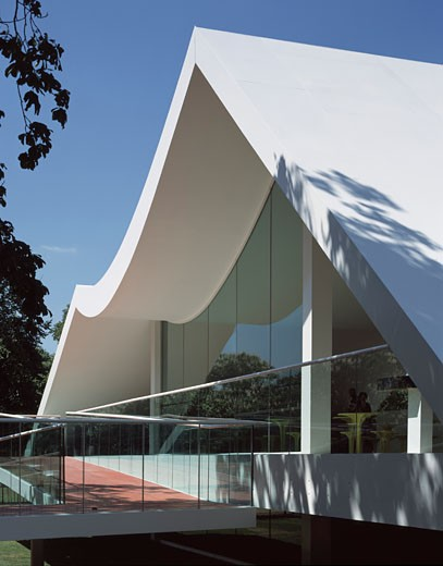 SERPENTINE GALLERY PAVILION, KENSINGTON GARDENS, LONDON, W2 PADDINGTON, UNITED KINGDOM, PORTRAIT VIEW OF EAST ELEVATION, OSCAR NIEMEYER : Stock Photo