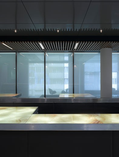 LOWE ADVERTISING AGENCY, SLOAN AVENUE, LONDON, SW3 CHELSEA, UNITED KINGDOM, VIEW OF BAR HEAD ON WITH SCREENS, LIGHTS AND WOODEN SLATTED CEILING, ORMS : Stock Photo