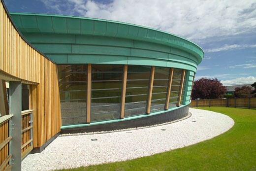 MAGGIES CENTRE, RAIGMORE HOSPITAL, INVERNESS, UNITED KINGDOM, EXTERIOR WITH PICTURE WINDOWS, PAGE AND PARK : Stock Photo