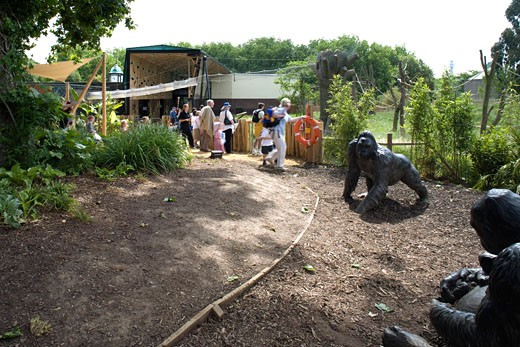 GORILLA KINGDOM, LONDON ZOO, REGENTS PARK, LONDON, NW1 CAMDEN TOWN, UNITED KINGDOM, PLAY AREA WITH STATUES OF GORILLAS, PROCTOR MATTHEWS ARCHITECTS : Stock Photo