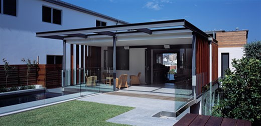 BONDI HOUSE, BRIGHTON BOULEVARDE, SYDNEY, NEW SOUTH WALES, AUSTRALIA, REAR OF HOUSE INCLUDING LAWN AND LOGGIA, ARCHITECTS JOHANNSEN AND ASSOCIATES : Stock Photo