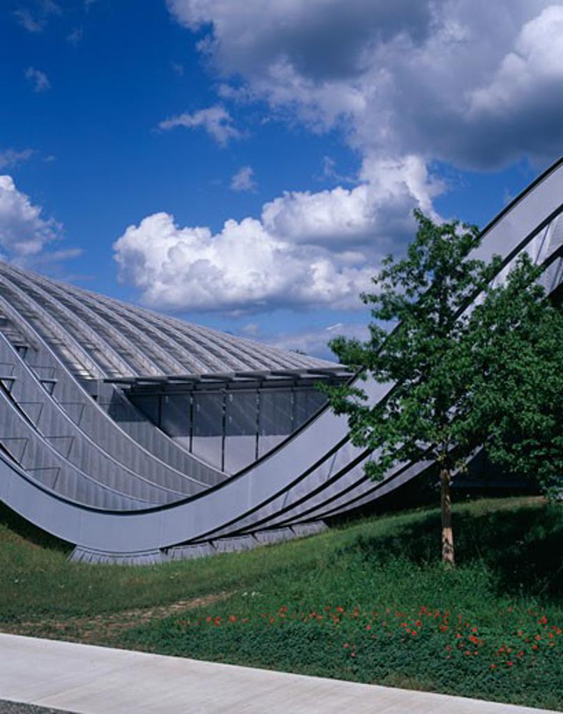 ZENTRUM PAUL KLEE, BERN, SWITZERLAND, CURVE AND WINDOWS OF FRONT ELEVATION, RENZO PIANO BUILDING WORKSHOP : Stock Photo