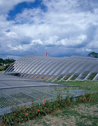 ZENTRUM PAUL KLEE, BERN, SWITZERLAND, REAR ELEVATION SHOWING CURVED FORMS, RENZO PIANO BUILDING WORKSHOP : Stock Photo
