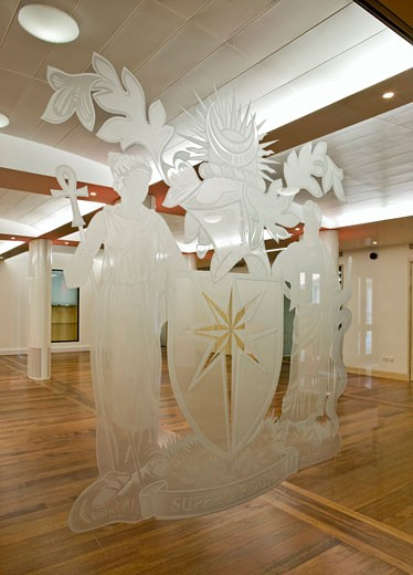 FUNCTION ROOM AT THE ROYAL COLLEGE OF OBSTETRICIANS AND GYNAECOLOGISTS, REGENTS PARK, LONDON, UNITED KINGDOM, ETCHED GLASS DETAIL, ROBERT POTTER AND PARTNERS : Stock Photo
