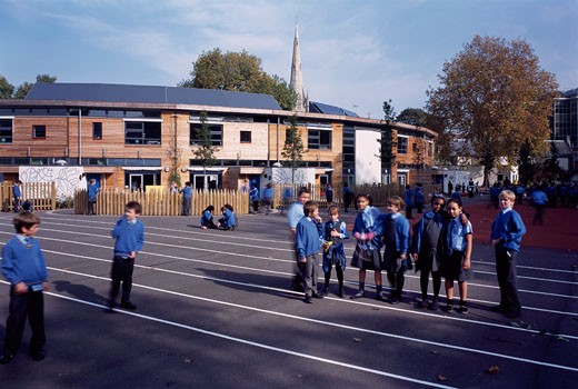 LARMENIER AND SACRED CATHOLIC PRIMARY SCHOOL, BROOK GREEN, LONDON, W6 HAMMERSMITH, UNITED KINGDOM, PLAY GROUND AREA, SCHOOL IN BACKGROUND, STUDIO E ARCHITECTS : Stock Photo