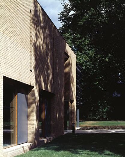 Stock Photo: 1801-2553 FITZWILLIAM COLLEGE, STOREY'S WAY, CAMBRIDGE, CAMBRIDGESHIRE, UNITED KINGDOM, THREE QUARTER VIEW OF SOUTH ELEVATION AUDITORIUM, ALLIES AND MORRISON