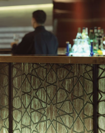 FAKHRELDINE, LABANESE RESTAURANT, 85 PICCADILLY, LONDON, W1 OXFORD STREET, UNITED KINGDOM, DETAIL OF BAR GLASS PANELLING, STIFF AND TREVILLION ARCHITECTS : Stock Photo