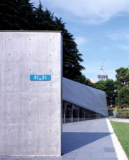 21_21 DESIGN SIGHT (DESIGN MUSEUM), TOKYO MID TOWN, TOKYO, JAPAN, OVERALL EXTERIOR VIEW, TADAO ANDO : Stock Photo