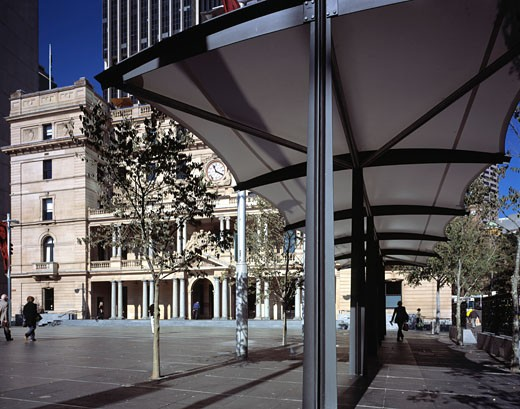 CUSTOMS HOUSE, CIRCULAR QUAY, SYDNEY, NEW SOUTH WALES, AUSTRALIA, NEW ADDITIONAL AWNINGS FLANK PUBLIC SQUARE, HOWARD TANNER AND ASSOCIATES : Stock Photo