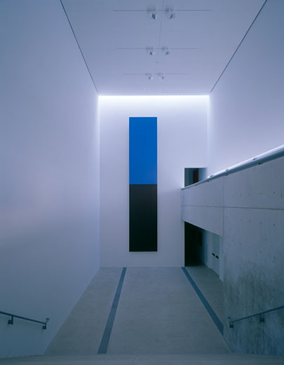 PULITZER FOUNDATION FOR THE ARTS, ST LOUIS, UNITED STATES, PORTRAIT VIEW OF MAIN HALL WITH 'BLUE AND BLACK' BY ELLSWORTH KELLY, TADAO ANDO : Stock Photo