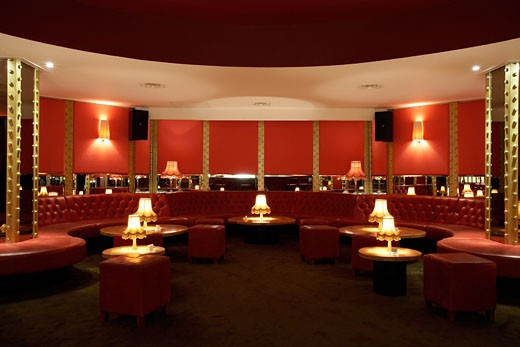ALL STAR LANES, BLOOMSBURY PLACE, LONDON, WC1 BLOOMSBURY, UNITED KINGDOM, INTERIOR OF THE MAIN BAR AREA SHOWING RED LEATHER UNHOLISTERED SEATING, ARCHITECT UNKNOWN : Stock Photo