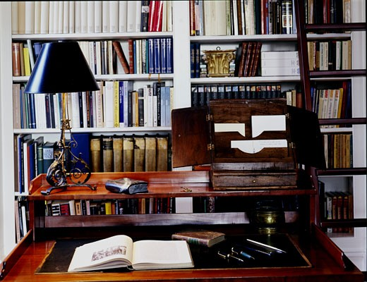 PRIVATE HOUSE, LONDON, NW3 HAMPSTEAD, UNITED KINGDOM, LIBRARY WRITING DESK DETAIL, ARCHITECT UNKNOWN : Stock Photo