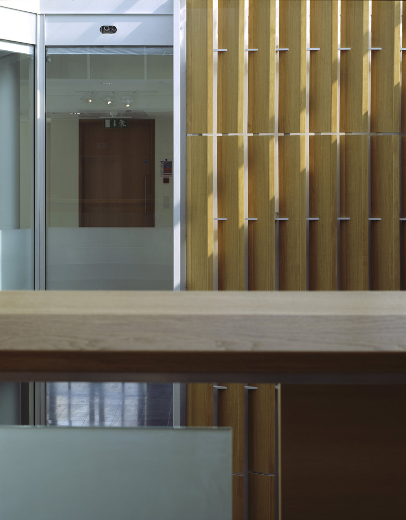 PATERNOSTER SQUARE, PATERNOSTER SQUARE, LONDON, EC4 QUEEN VICTORIA STREET, UNITED KINGDOM, TOP FLOOR DETAIL VIEW IN ATRIUM OF GLASS AND WOOD, ALLIES AND MORRISON : Stock Photo